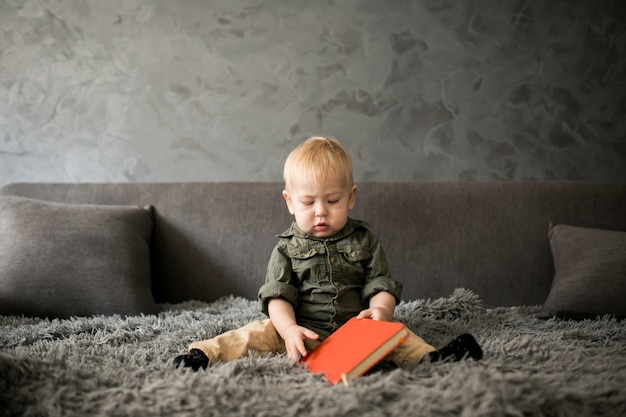 Niño pequeño en un dormitorio