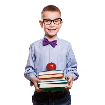 Niño pequeño feliz con los libros aislados en el fondo blanco