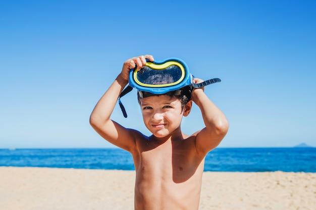 Niño pequeño con gafas de buceo