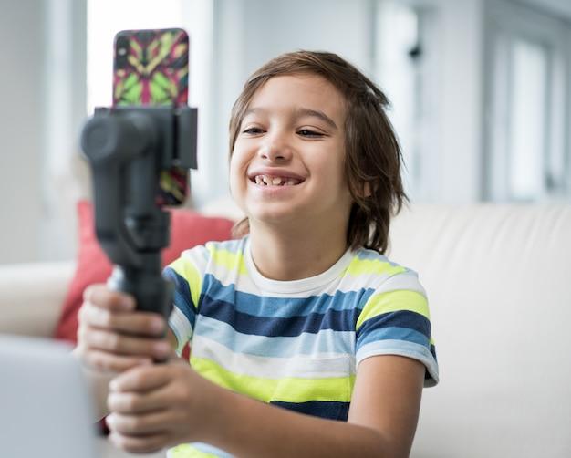 Niño pequeño grabando contenido de video