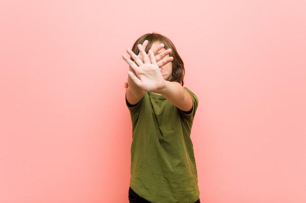 Niño pequeño haciendo un gesto de negación