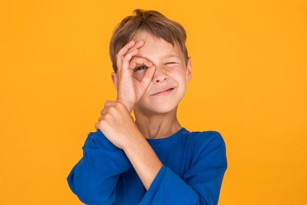 Niño pequeño imitando un monóculo