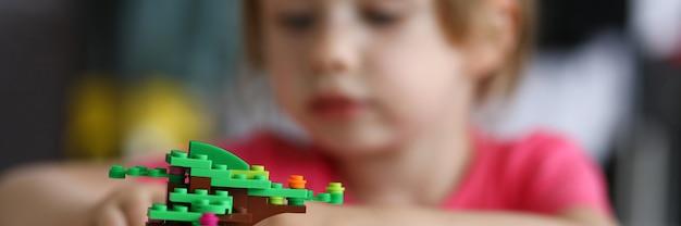 Un niño pequeño juega en el diseñador y