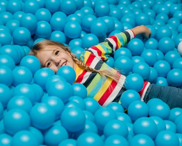 Niño pequeño, juego, retrato Foto gratis