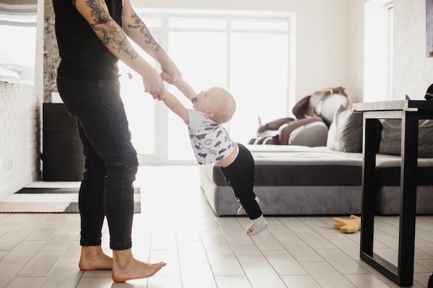 Niño pequeño jugando con papá, cuidado infantil, atención, juegos de comunicación y desarrollo, autocuidado, amor y familia, diseño del hogar, mentalidad, cerebro, cocina, hogar