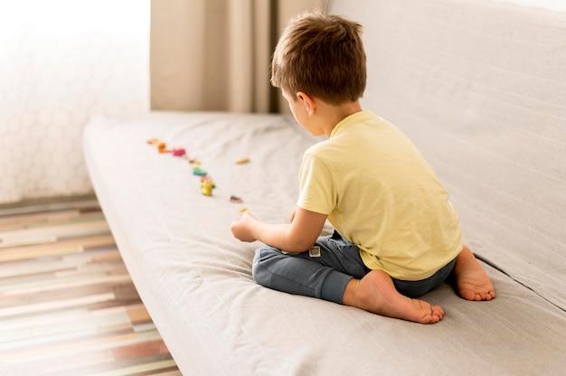 Niño pequeño jugando en el sofá