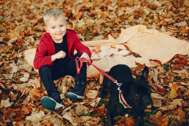 Niño pequeño lindo que juega en un parque