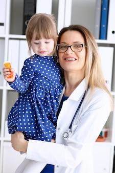 Niño pequeño con madre en la recepción del pediatra