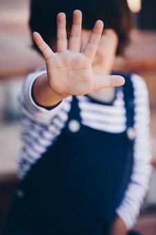Niño pequeño, con, mano abierta