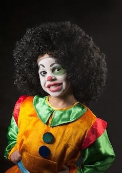 Niño pequeño, maquillaje del payaso, el africano.