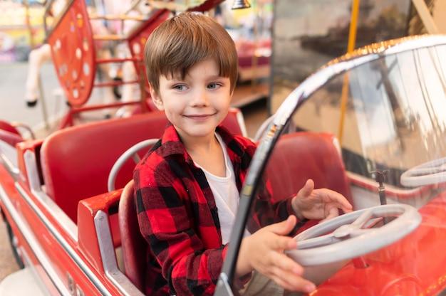 Niño pequeño, en, parque de atracciones