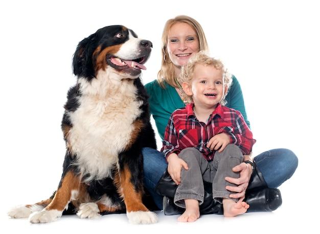 Niño pequeño, perro y madre