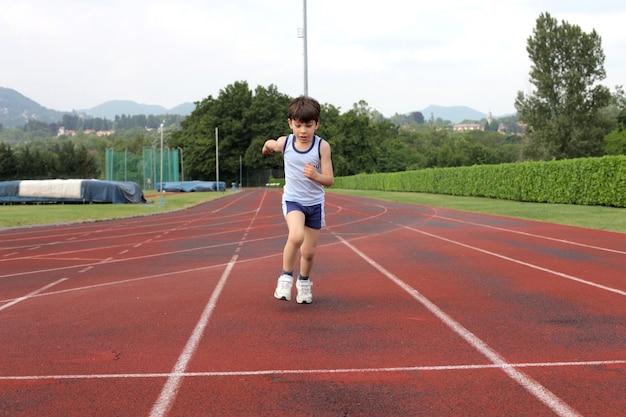 Niño pequeño en una pista de atletismo