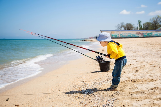 Niño pequeño en la playa de arena