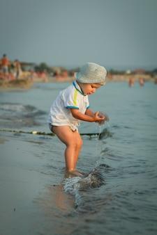 Niño pequeño en la playa