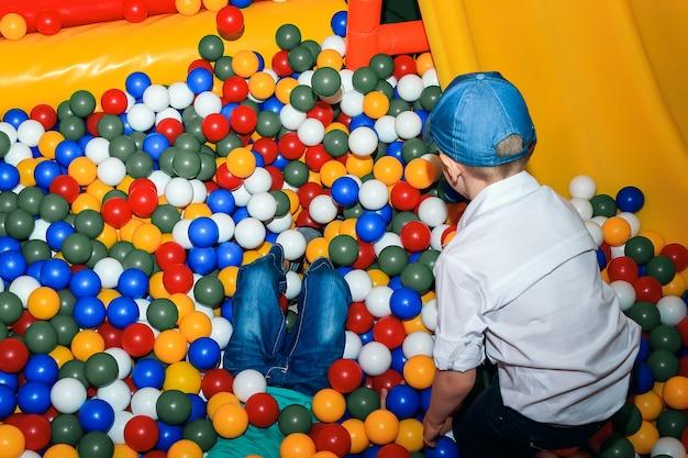 Niño pequeño que juega con las bolas