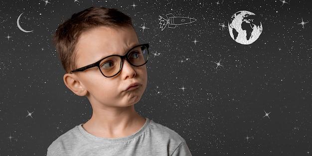 El niño pequeño quiere volar en el espacio usando