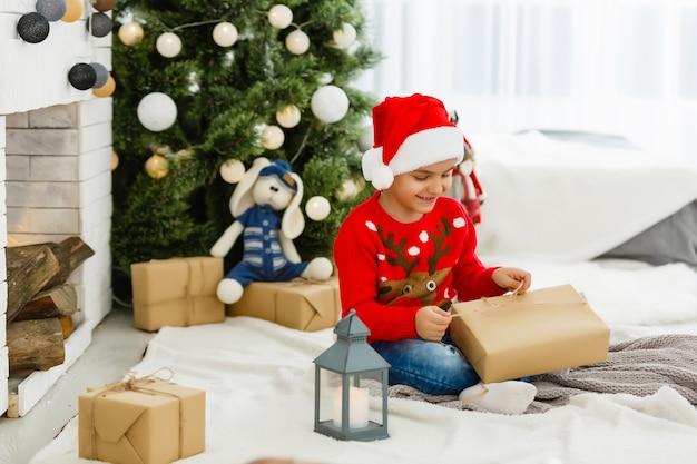 Niño pequeño con regalos de navidad