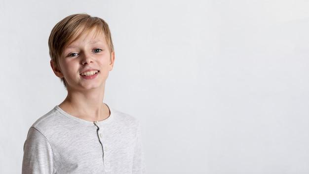 Niño pequeño sonriente con espacio de copia