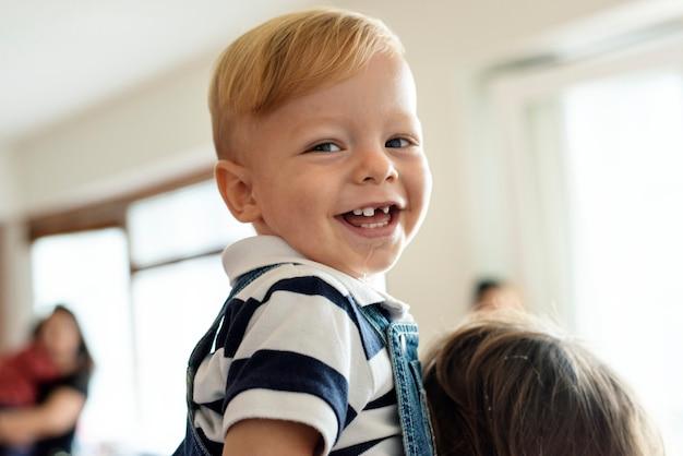 Niño pequeño con sonrisa feliz