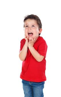 Niño pequeño sorprendido con camisa roja y pantalones vaqueros