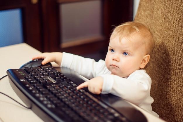 Niño pequeño con teclado