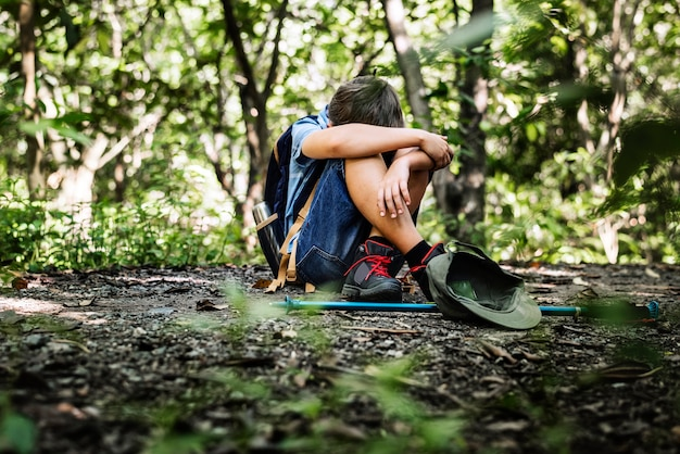 Niño perdido y triste en el bosque