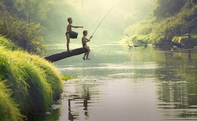 Niño de pesca