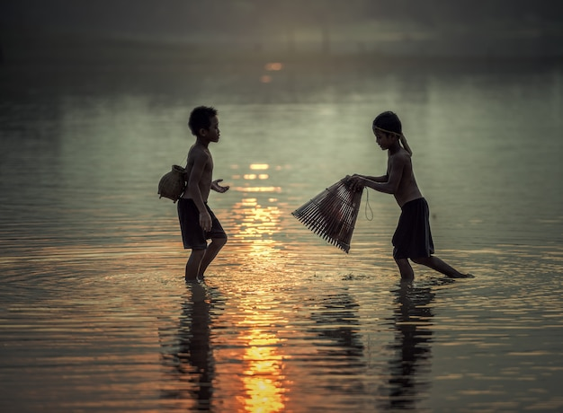 Niño pescando