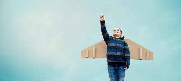 Niño piloto aviador sueña con viajar en verano