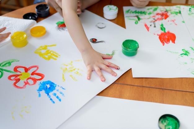Niño pintando por sus manos