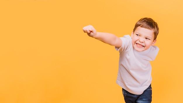 Niño en pose de superheroe