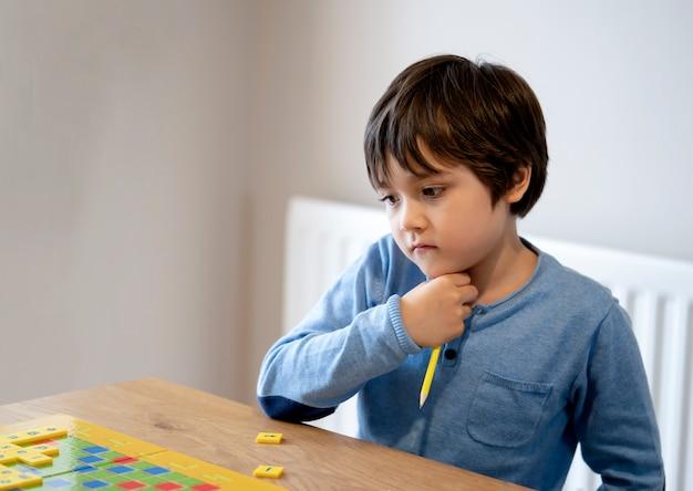 Niño preescolar aprendiendo juego de palabras en inglés