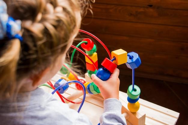 Niño preescolar jugando con coloridos juguetes