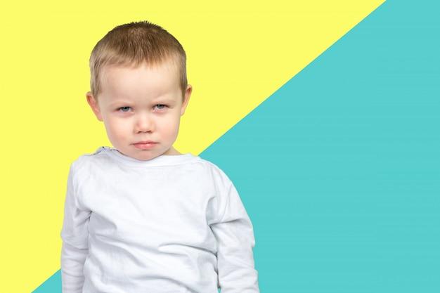 Niño preocupado y triste