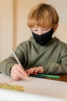 Niño de primer plano con dibujo de máscara