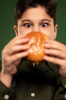 Niño de primer plano con donut