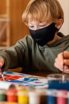 Niño de primer plano con máscara