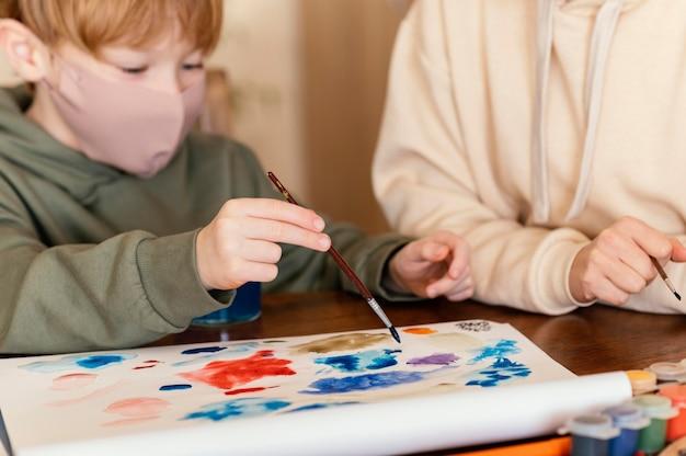 Niño de primer plano con pincel de pintura