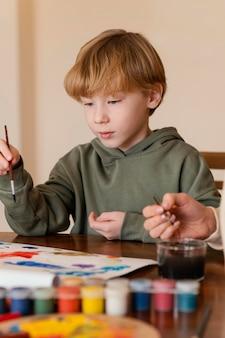 Niño de primer plano con pincel