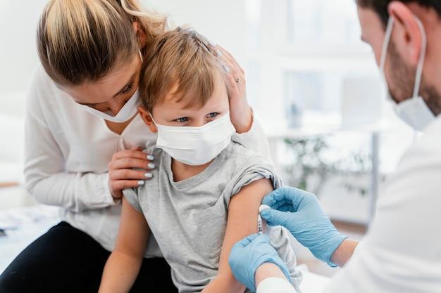 Niño de primer plano recibiendo la vacuna