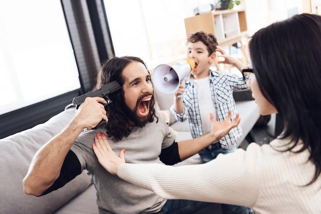 El niño problemático de la familia le grita al padre desesperado.