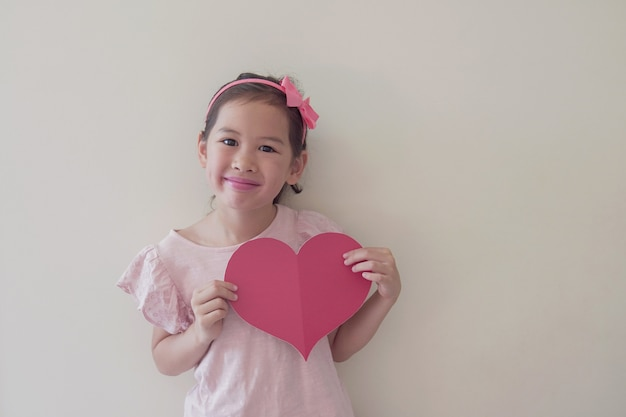 Niño de raza mixta con gran corazón rojo, salud del corazón, donación, caridad voluntaria feliz, responsabilidad social, día mundial del corazón, día mundial de la salud, día mundial de la salud mental, bienestar, concepto de esperanza
