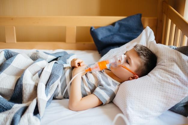 Un niño recibe una inhalación durante una enfermedad pulmonar.