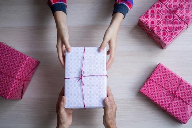 El niño recibe un regalo de su madre en su cumpleaños.