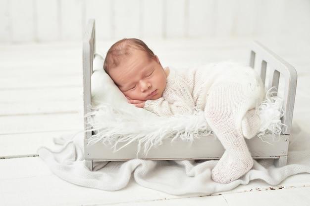 Niño recién nacido en blanco