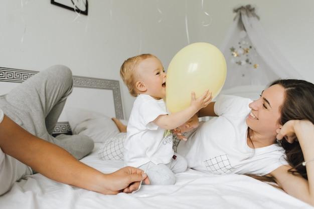 El niño se regocija en el globo con sus padres.