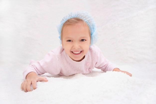 Niño en sala de sal. haloterapia para el tratamiento de enfermedades respiratorias. aplicando terapia de sal en el spa