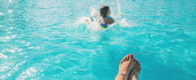 El niño salta a la piscina. enfoque selectivo. naturaleza.