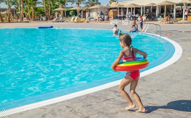 El niño salta a la piscina. enfoque selectivo.